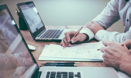 Zpracování poznámek na papíře a v notebooku díky aplikaci Evernote.