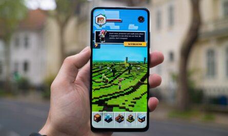 Známá hra Minecraft na mobilním telefonu.