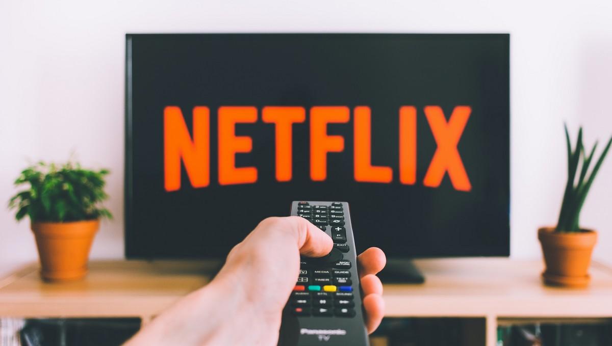 Aplikace Netflix puštěná na televizi.