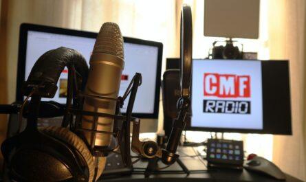 Online rádio vysílající do éteru.