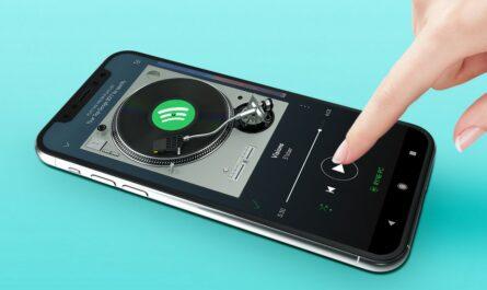 Spotify přehrávající hudbu na mobilním telefonu.