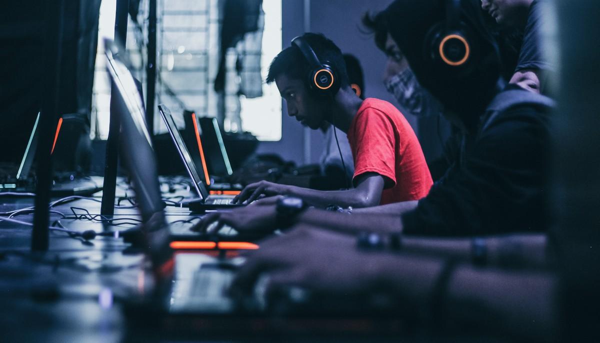 Hráč oddávají se online hře Travian.