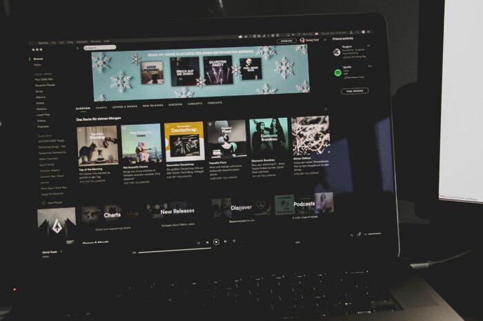 Streamovací služba Deezer na notebooku.