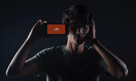 Mladý chlapec poslouchá písně na SoundCloud.